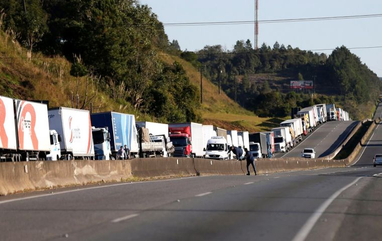 The call by the National Confederation of Autonomous Transporters was a sign that the 9-day strike was starting to wind down despite sporadic blockages