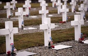 "In 1983 the number of unidentified tombs was 121, buried by a team under UK officer Cardoso, with a white cross and reading ""Argentine soldier only known to God""."