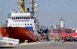 Spain's maritime rescue service pulled 986 people from 69 small boats its rescue craft reached in waters near the Strait of Gibraltar between Friday and Saturday