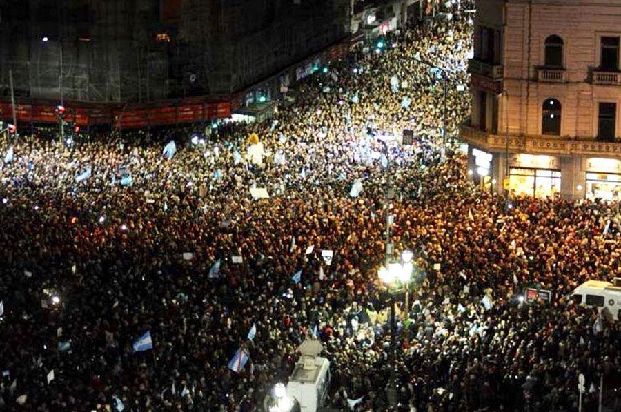 Se estima que decenas de millas de personas se manifiesta en Buenos Aires en la plaza y avenidas del congreso circundante, incluido un enorme inflable de la diosa de la Justicia