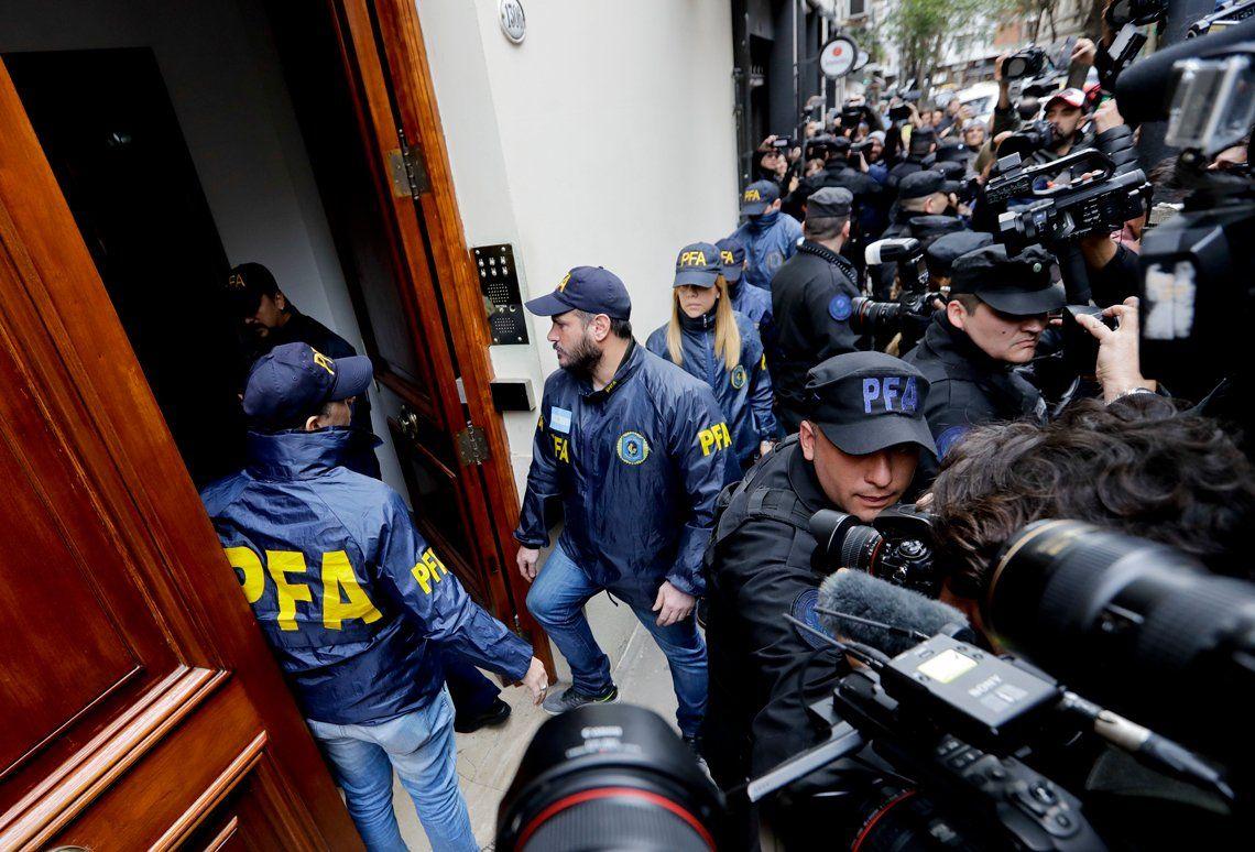 Los agentes de policía ingresaron a la residencia de CFK en el exclusivo barrio de Recoleta, en Buenos Aires, mientras las camionetas y camiones de bomberos rodeaban el edificio