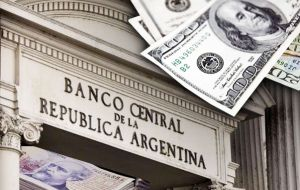 The central bank then announced that fifteen minutes before the end of the market's foreign exchange trading it would auction US$ 500 million