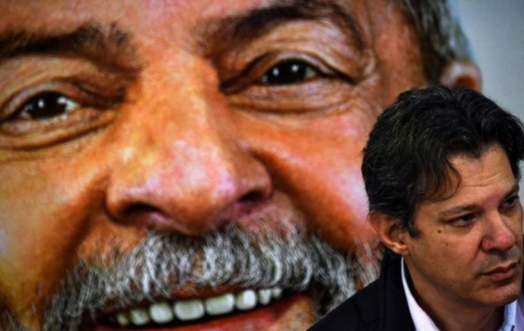 Lula and Haddad huddled together on Monday afternoon in his jail room and allegedly began to draw up the letter.