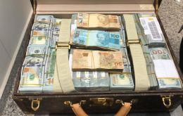 Federal police found US$ 1.5m in cash in one bag and watches worth an estimated US$ 15m in another, O Estado de Sao Paulo reported