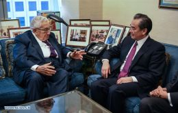 At a meeting with ex-U.S. Secretary of State Henry Kissinger, Chinese State Councilor Wang Yi said the two countries would only lose in a confrontation