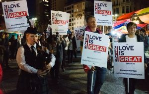 "Great Britain's ambassador, Ian Duddy, marching accompanied by a bagpipe and under signs that indicated ""Love is GREAT"". Photo: Sebastián Astorga"