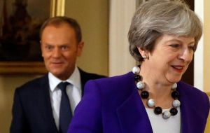 "The prime minister told her cabinet a deal was within reach if the government ""stand together and stand firm""."