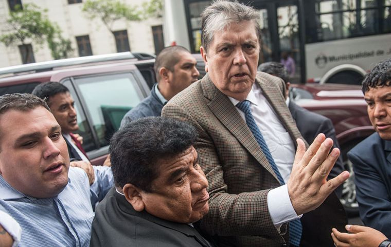 Alan García retired this morning shortly before the Vázquez conference in his private car from the residence of the Uruguayan ambassador in Lima