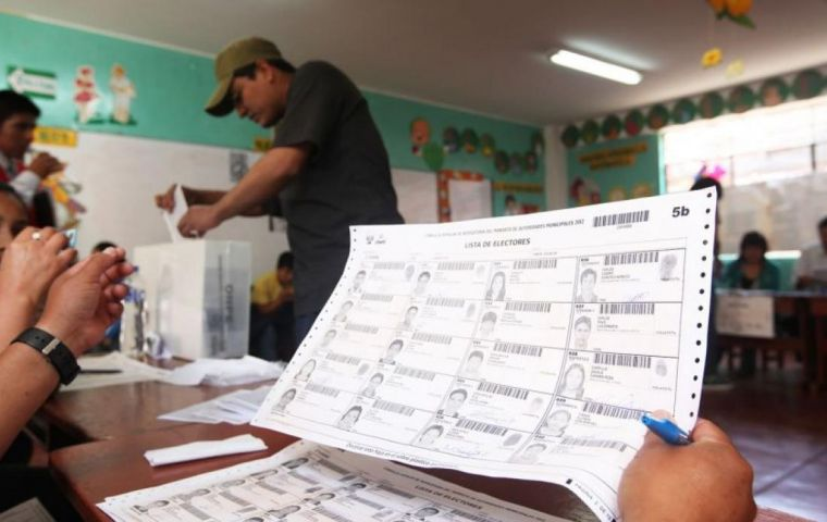 On the day of the vote, the Mission visited 140 tables in 27 voting centers, in eight districts of Lima and Callao. The Mission was comprised of 14 experts who studied