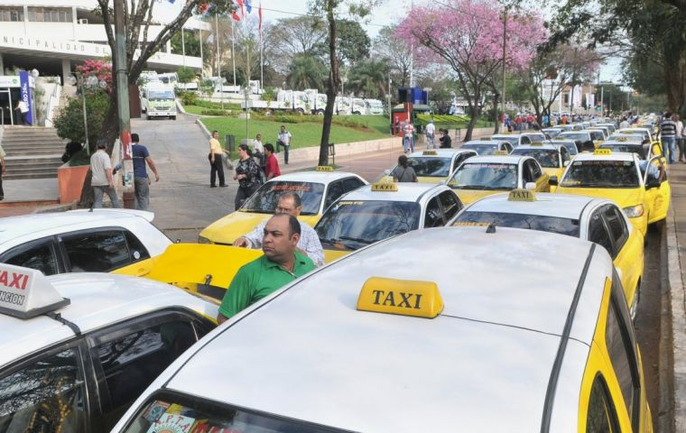 "The ""yellow swarm"" took to the streets of Asunción to protest against Uber and clone company MUV."