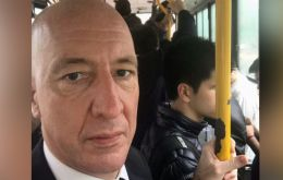 The diplomat rode the BA metro bus on a rainy day. (Twitter photo)