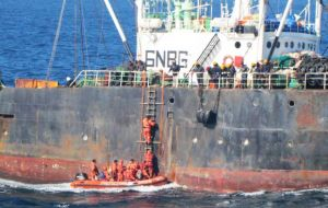 A boarding party including inspectors from the Argentine Fisheries, following a first review reported the South Korean trawler had caught some 130 tons of fish