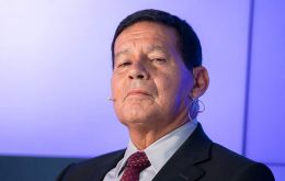 """It falls to the president to call his sons""...and tell them support government's ideas, underlined vice-president Hamilton Mourao, a retired general"