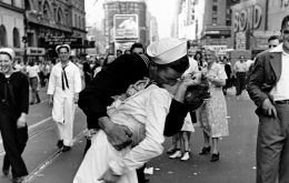 The photo of George Mendonsa bending over and kissing 21-year Greta Zimmer Friedman on VJ Day became one of the most enduring images of the period