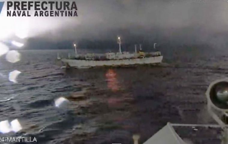 "The dramatic video of ""Hua Xiang 801"" ignoring arrest orders and trying to ram the Argentine Coast Guard GC-24 ""Mantilla"""