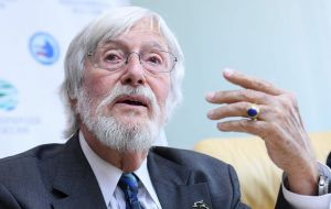 "French marine scientist Jean-Michel Cousteau and other experts are meeting government officials in Moscow. They plan to visit the so-called ""whale jail"""
