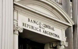 The central bank held two auctions of US$ 30 million each. The first fetched an average price of 41.55 pesos per greenback. The second, 41.65 pesos to the dollar