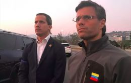 In the video broadcast by his social networks, Guaidó leaves with Leopoldo López and officials of the National Guard (GN)