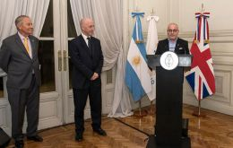 Argentine Foreign minister Jorge Faurie, British ambassador Mark Kent and the president of ABCC, Julian Rooney (L) announcing the event
