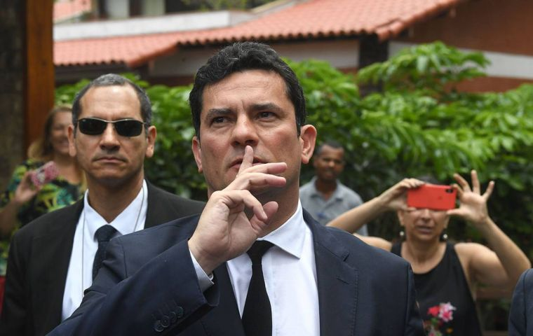 According to The Intercept, private conversations show that Moro suggested Dallagnol change the order of Lava Jato phases, gave tips and clues