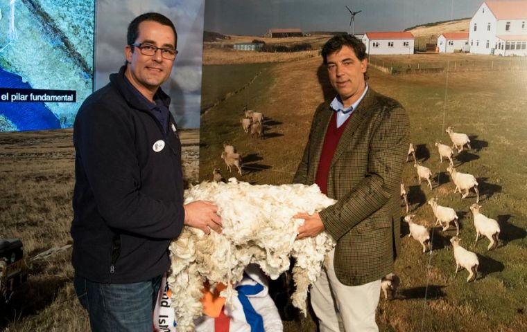 Falklands Adam Dawes, Senior Agricultural Advisor with Dr. Gonzalo Valdes, ARU Vice-president. Photo: Sebastián Astorga
