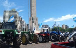 According to the self convened farmers, some 60 tractors and over a hundred vans have met at the town of Bell Ville, while the column heading for Rosario is made up of over 300 tractors, farm equipmen