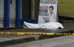 The body of a coronavirus victim lays abandoned in front of a medical center in Guayaquil. EFE / DIARIO EXPRESO (DIARIO EXPRESO)