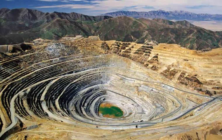 The federation also demanded that health and mining officials be more transparent in disclosing information about sanitary inspections at mines.
