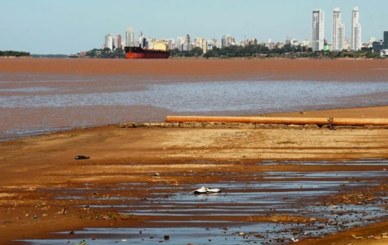With the historic fall in the level of the Paraná River, ships leaving Argentina, have had to set sail with a smaller volume loaded, in order not to run aground