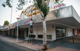 A man works last Thursday on the front of a recently closed bar in the major holiday resort of Magaluf in Mallorca Island. SEBASTIÁN ASTORGA