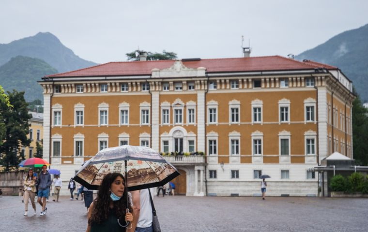 A woman stands in front of the Casa del Vescovo on Monday in the northern city of Trento. SEBASTIÁN ASTORGA