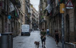 A man walks his dog in El Raval, one of the most populated neighborhoods in Barcelona, in late July. Catalonia was the first region in suffer this second wave of infections in Spain. SEBASTIÁN ASTORGA