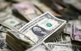The new bonds, issued at the start of the month after a largely successful US$ 65 billion restructuring, have all dropped, ranging between 35-45 cents on the dollar