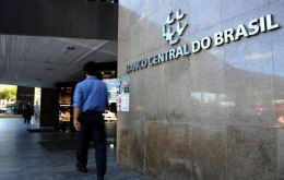 The central bank sold US$ 787 million in the spot market as the dollar topped 5.80 reais for the first time since May. This follows the sale of US$ 1 billion in the spot market on Wednesday