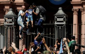 Several rings of security forces were overwhelmed and people climbed the grids and overwhelmed the Casa Rosada