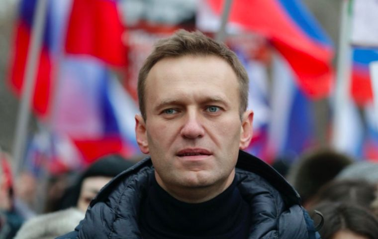 Russia's prison service gave Kremlin critic Alexei Navalny a last minute ultimatum: Fly back from Germany early on Tuesday morning, or be jailed if you return after that deadline