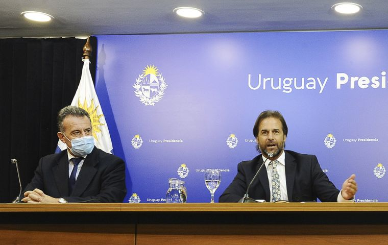 The president, at the press media next to the Executive's Secretary Alvaro Delgado and Public Health minister Daniel Salinas. Photo: Executive
