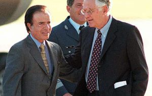 With foreign minister Guido Di Tella, Menem's government implemented a charm policy towards the disputed Falkland Islands