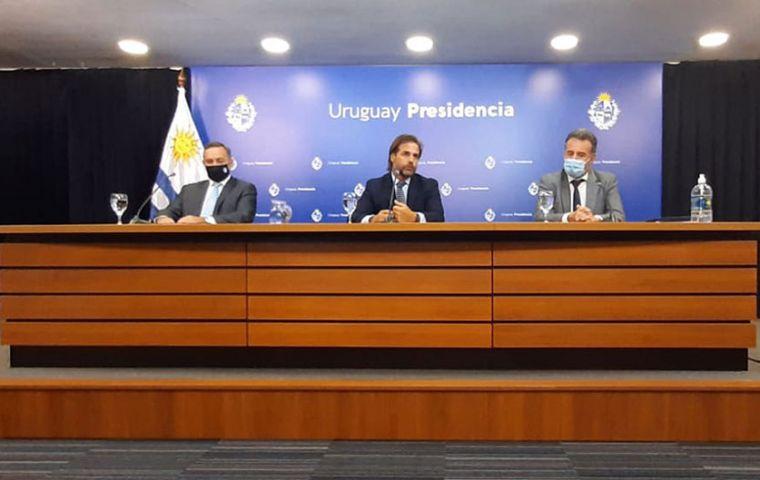 President Lacalle Pou during the conference next to Health minister Daniel Salinas and Alvaro Delgado, the Presidency's secretary
