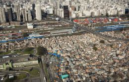 In the Buenos Aires suburbs, 3.7 million people do not have access to water mains and 6.8 million do not have sewers