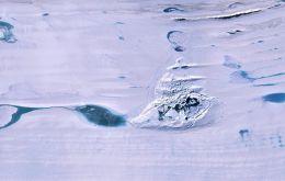 K hydrokrakovaniu dochádza, keď kvapalná voda, ktorá je hustejšia ako ľad, vyvíja dostatočný dodatočný tlak na praskliny v ľadových šelfoch, aby sa otvorila priamo do oceánu pod ním.