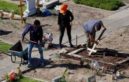 V nedeľu usporiadala argentínska vláda špeciálny obrad na pamiatku viac ako 90 000 ľudí zabitých pandémiou