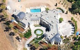 The mansion overlooks the bay of San Francisco (Photo taken by Google Earth)